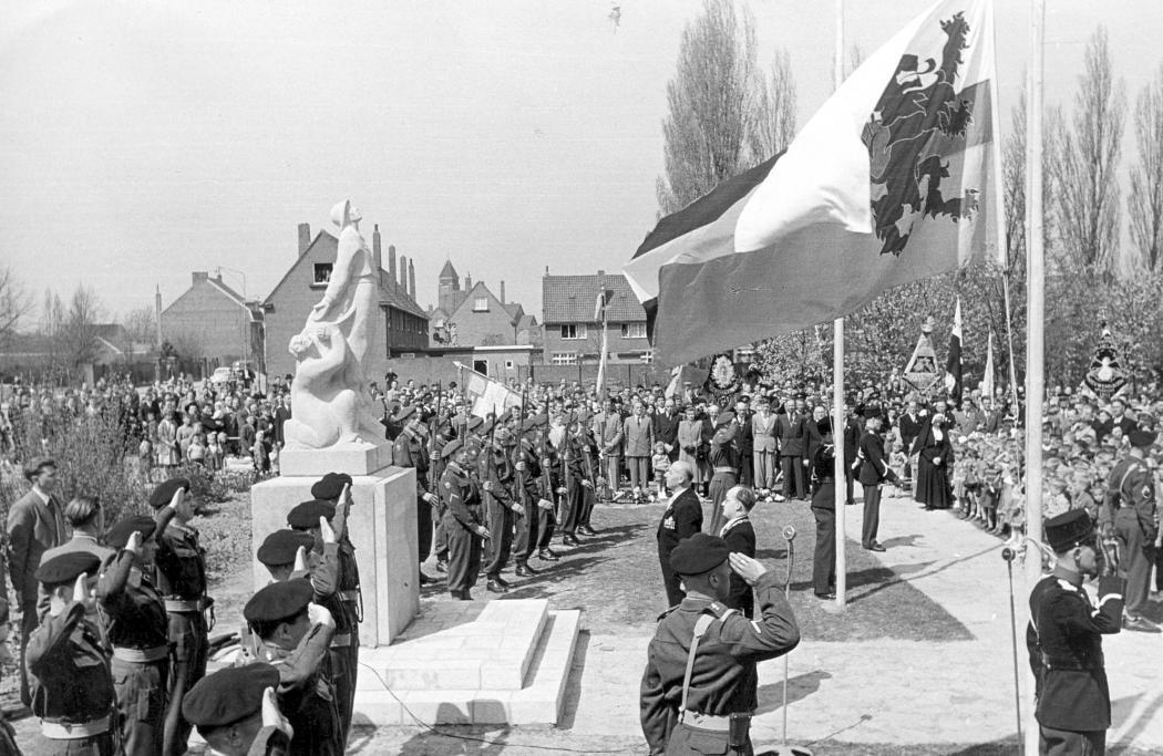De onthulling van Het Grote Offer op 30 april 1954 (foto: beeldbank gemeente Landgraaf)
